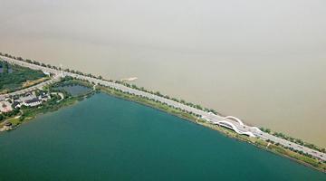 江西九江八里湖现一湖双色景观