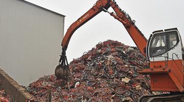 实拍天津共享单车粉碎工厂