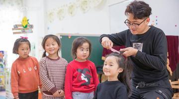 幼儿园里男幼师跳舞弹琴绑头发样样精通