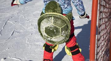 """吉林市民背着""""宠物""""去滑雪"""