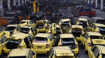 重庆集中销毁一批假冒套牌出租车