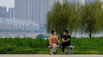 武汉市民江滩公园享春光