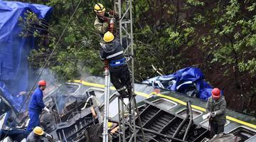 京广铁路郴州段脱轨事故现场抢修