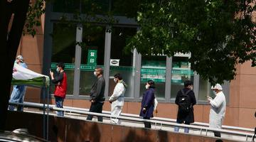 武汉复工人员排队做核酸检测