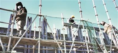 施工人员安装盖梁模板