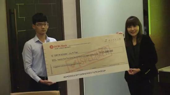 刘逸天(左)接受全额奖学金