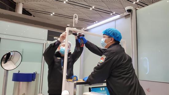 天津机场安检站完成验证柜台防护隔离屏安装工作