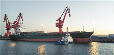 天津港大港港区10万吨级航道实现全天通航。 本报记者 王涛 通讯员 张济凡 摄