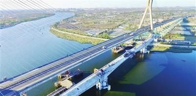 唐津高速扩建项目海河特大桥首个中跨完成合龙