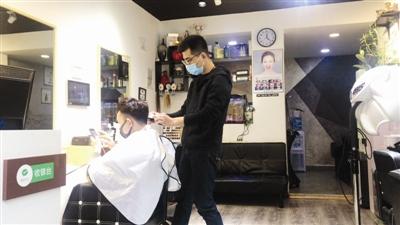 店里理发必须做好防护。
