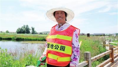 贫困户孙玉荣在湿地公园打扫卫生