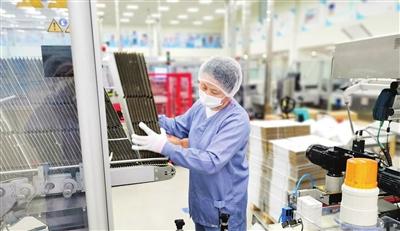 刘丽正在 生产线上工作