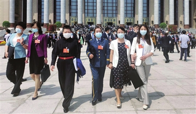 天津代表团代表在人民大会堂现场聆听政府工作报告后备受鼓舞  杜建雄 摄