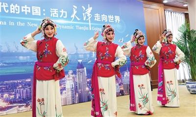 天津青年京剧团四小花旦现场表演京剧《卖水》