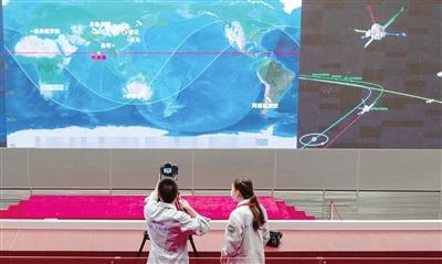 这是8月2日在北京航天飞行控制中心拍摄的现场画面。 新华社发