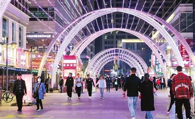 清明假期,奥城商业街客流开始增多,夜间消费逐渐升温。本报记者 吴迪 摄