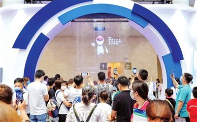 世界智能大会公众开放日,市民纷纷走入会场,感受前沿科技,邂逅未来生活。本报记者 吴迪 摄