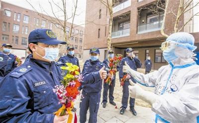 医疗队员在隔离点受到欢迎。