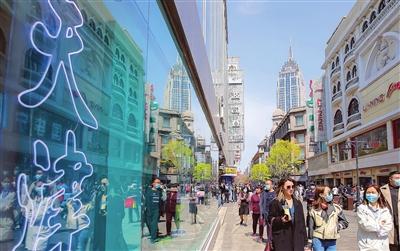 和平区金街前来逛街消费的市民络绎不绝。本报记者 吴迪 摄