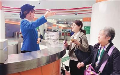 """图为站务员正在""""初心岗""""中为旅客提供服务图片由天津轨道交通运营集团提供"""