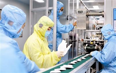 图为纳通防护生产车间里工作人员正在紧张忙碌。