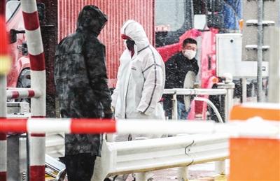 昨天,我市普降中到大雪,高速出口处的防疫人员在雪中坚守。张磊 摄