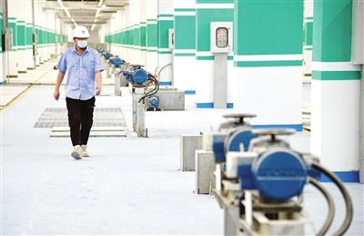 东郊污水处理厂工程进入最后收尾阶段  张磊 摄