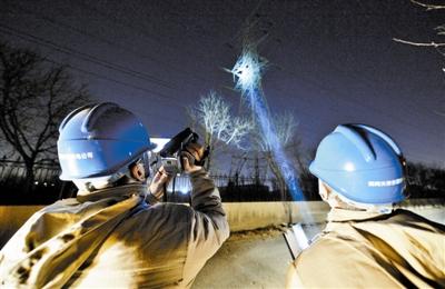 昨晚国网天津东丽公司工作人员冒着严寒进行夜检。