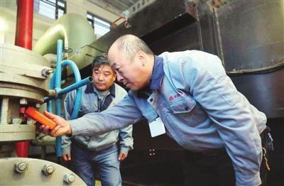 南开区供热部门全力做好燃气锅炉点火启动准备工作,确保11月1日正式达标供热。