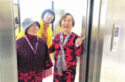 图为天大六村25号楼4门的老年居民试乘新开通的老楼加装电梯。 本报记者 廖晨霞 胡凌云 通讯员 王爽星 王英浩 摄
