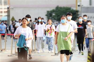 昨天高考学子走出考场。