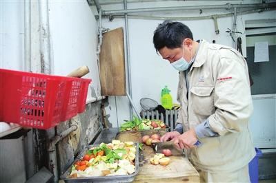 每天,饲养员要将50多公斤的水果蔬菜加工、切成小块。
