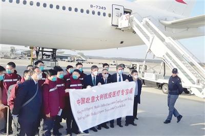 图 在意大利米兰的马尔奔萨机场,意方人员与第二批中国抗疫医疗专家组成员一起合影。 新华社发