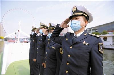 执行护航任务的地方海事局人员向医疗队员敬礼。