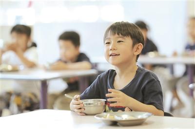 萌娃们在幼儿园里开心就餐