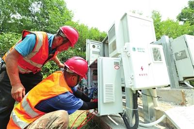 中国电信工作人员搭建调试5G基站