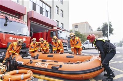 本市南开区消防救援支队日前开展夏季防汛战勤保障拉动演练。