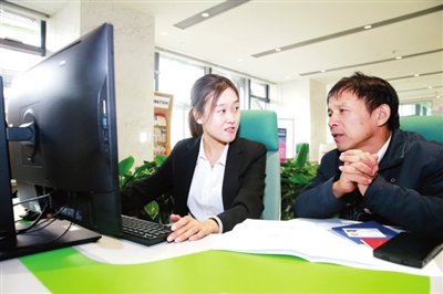 工作人员为企业服务 记者 贾成龙 摄