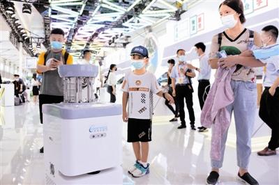 天津卡雷尔智能服务机器人亮相京津冀联展区。