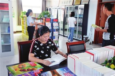 """""""书屋飘香""""小图书馆吸引村民前来阅读"""