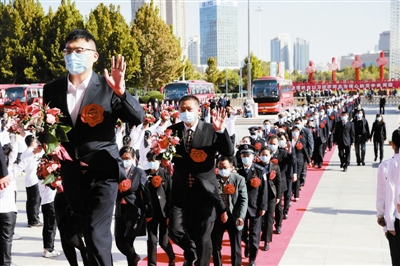 参加天津市抗击新冠肺炎疫情表彰大会的先进个人和先进集体代表步入会场。