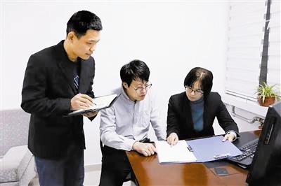 红桥区纪委监委派驻区委办纪检监察组研究商讨回访教育方案。