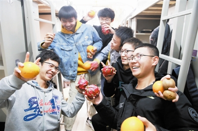 图为天大在校学生免费领到时鲜水果。