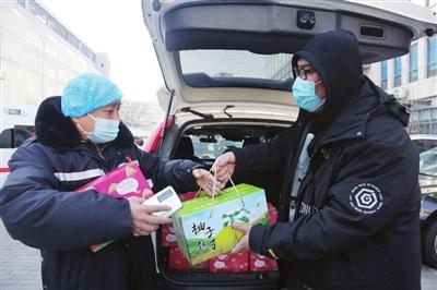 送别 昨天下午,我市第二批院前医疗急救队出发驰援河北。 本报记者 王倩 摄