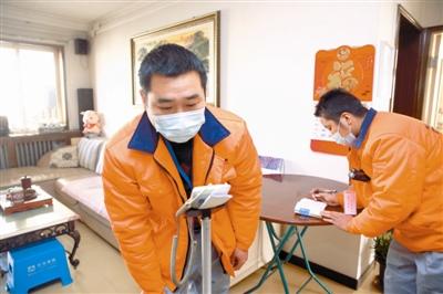 维修完成,工作人员进行室内测温。