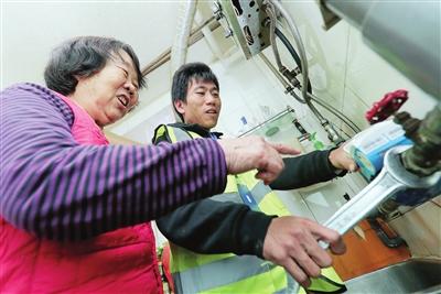 工作人员上门为居民免费更换智能水表。
