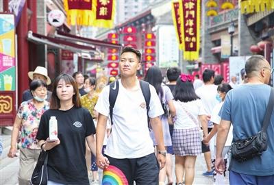 随着跨省团队旅游逐步恢复,国内暑运持续走热,出行旅客数量不断提高。图为古文化街外地游客增多。 本报记者 赵建伟 摄