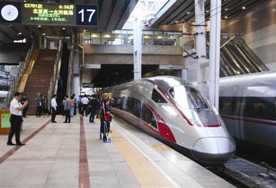 9月26日,C2701次列车在北京西站准备出发