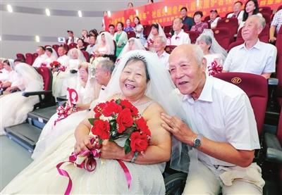 81岁的陈子周老人(前排右)和77岁的老伴儿庞凤岭(前排左)结婚已有55周年。如今,穿上漂亮的婚纱和礼服补拍婚纱照,老两口圆了多年的梦。