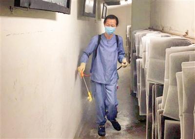 清洁人员 喷洒消毒液